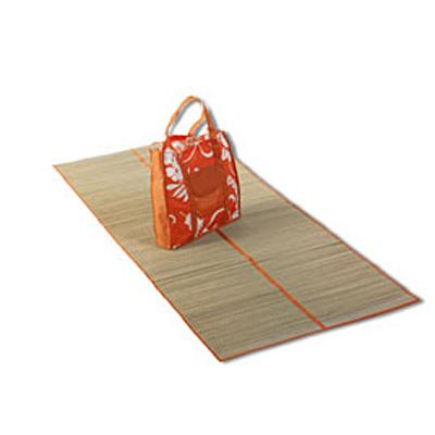 Пляжная сумка с соломенной подстилкой.